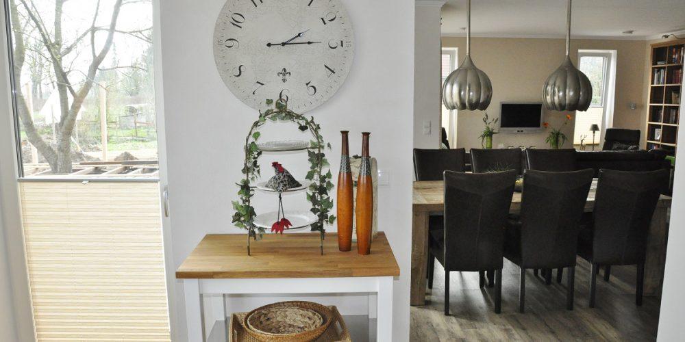 Blick von der Küche zum Eß- Wohnbereich