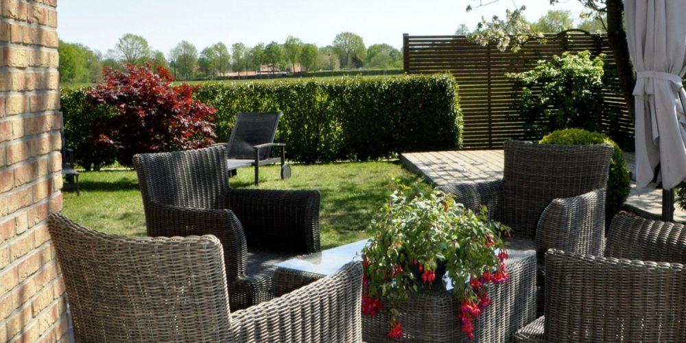 Terrasse mit großartigem Ausblick in den Garten